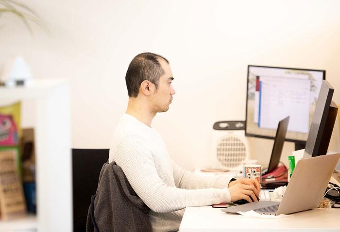 BizHub-Coworking-Coworker-at-desk